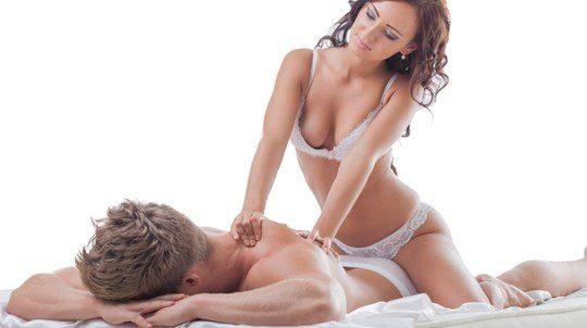 Mujer dando un masaje en ropa interior a su chico